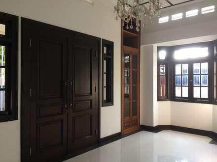 Ruang Tamu:  Ruang Keluarga by Urbanismo Indonesia