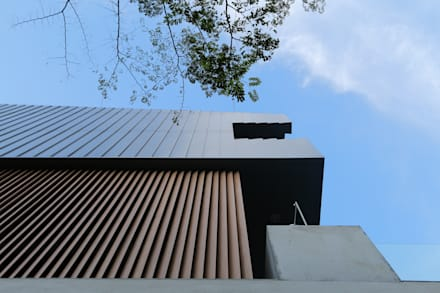 Detail of metal cladding and timber louvre: modern Houses by MJKanny Architect