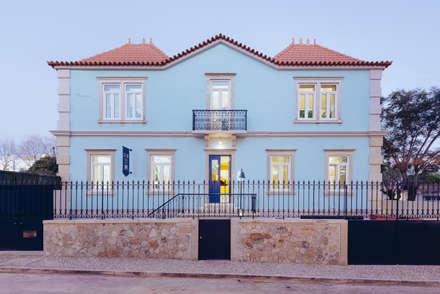 Hostel na Parede: Casas ecléticas por AURORA ARQUITECTOS