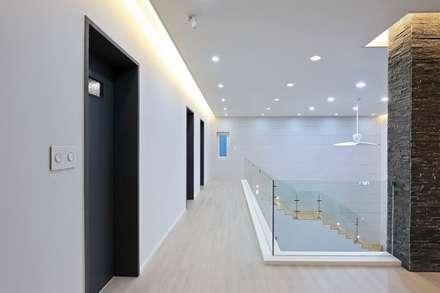 양산시 물금읍 증산리 단독주택: 피앤이(P&E)건축사사무소의  복도 & 현관