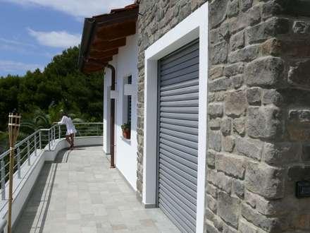 Bianco blu MARE: Terrazza in stile  di RossoMattone architettura