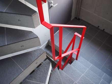 東京都北区の共同住宅: 祐建築設計室が手掛けた階段です。
