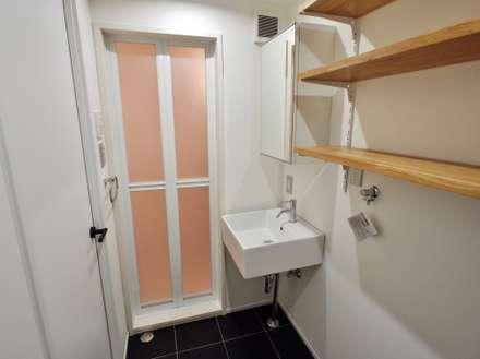東京都北区の共同住宅: 祐建築設計室が手掛けた浴室です。