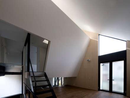子世帯のリビング: 石川淳建築設計事務所が手掛けたリビングです。