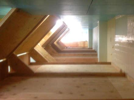 2階のベッドにのぼると端から端まで歩いていける: INTERIOR BOOKWORM CAFEが手掛けたホテルです。