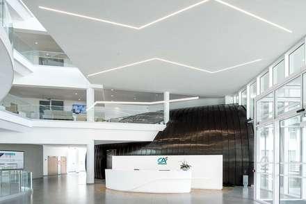 KRION también en el interior de Crédit Agricole Poitou-Charentes (Lagord, Francia): Edificios de oficinas de estilo  de KRION® Porcelanosa Solid Surface