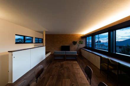 間接照明: SQOOL一級建築士事務所が手掛けたリビングです。