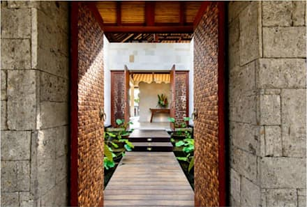 Villa Saya - Gate Main Entrance:  Koridor dan lorong by HG Architect