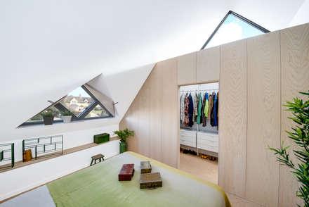 Arts & Crafts House: scandinavian Bedroom by design storey