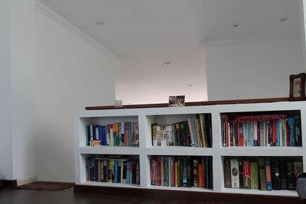 Librero: Estudios y despachos de estilo moderno por ATELIER HABITAR