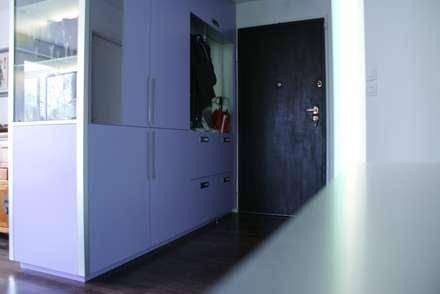 Réaménagement d'entrée: Salon de style de style Minimaliste par Studio ACD