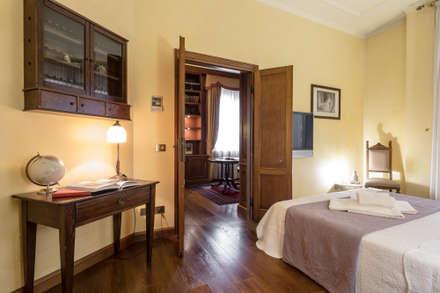 Camera padronale: Camera da letto in stile in stile Classico di Architrek
