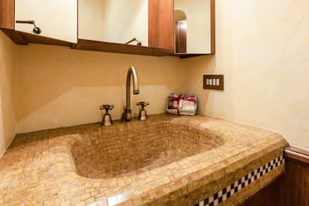 bagno ensuite: Bagno in stile in stile classico di Architrek