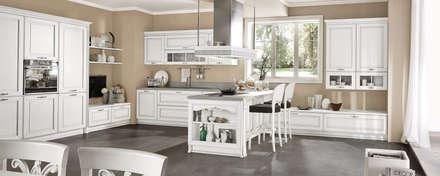 Cucina Dolcevita – International style – Bianco filo argento: Cucina in stile in stile Classico di Ferrari Arredo & Design
