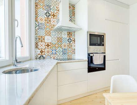 Apartamento da Alegria: Cozinhas escandinavas por Homestories