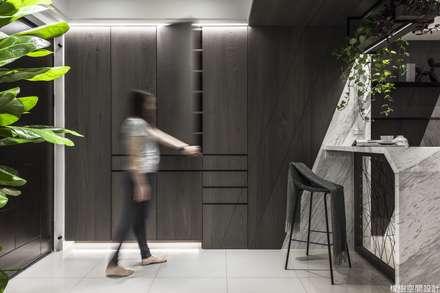 高雄 郭宅:  走廊 & 玄關 by 橡樹設計Oak Design