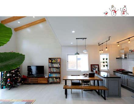 거실 & 주방: 하우스톡의  다이닝 룸