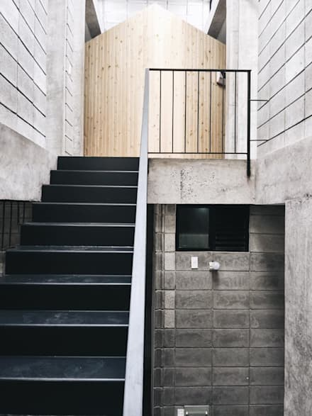 M3 House by Atelier ACID:  Cầu thang by Atelier Acid