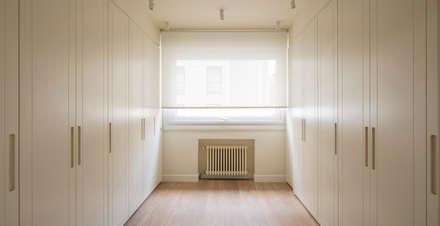 Sube Interiorismo Bilbao reforma integral de vivienda en Bilbao: Vestidores de estilo clásico de Sube Susaeta Interiorismo