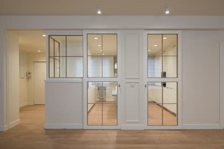 Puertas corredizas de estilo  por Sube Susaeta Interiorismo