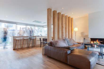 Renovation of a '70 house: moderne Woonkamer door Dineke Dijk & partners Architecten