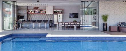 Piscinas de estilo  por Metrik Design - Arquitetura e Interiores