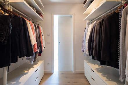 Walk in closet de estilo  por FingerHaus GmbH