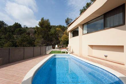 https://sezam.es/proyecto/proyecto-corbera-barcelona/: Piscinas de jardín de estilo  de Sezam disseny d'Interiors SL
