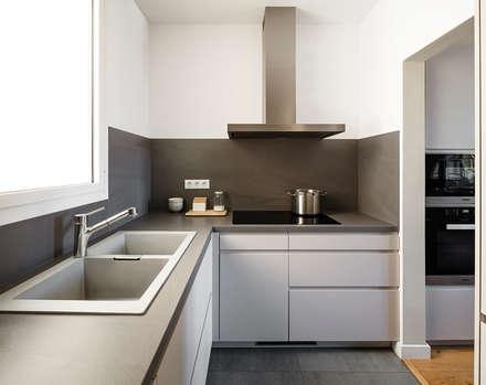 Reforma de Cocina abierta en Vivienda: Cocinas integrales de estilo  de Sezam disseny d'Interiors SL