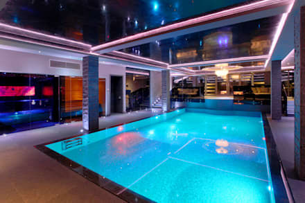 Pool at night time - steam and sauna: modern Pool by Design by UBER