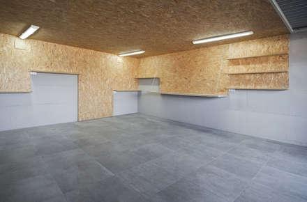 Vivienda tradicional en Moscoso: Garajes de estilo moderno de LIQE arquitectura