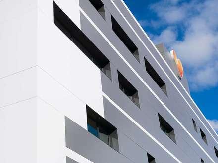 La agencia de viajes Thomas Cook, cuenta con KRION en la fachada de sus nuevas instalaciones en Mallorca: Edificios de oficinas de estilo  de KRION® Porcelanosa Solid Surface