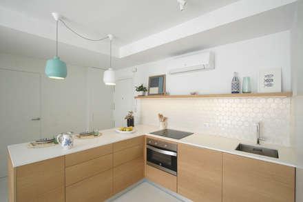 APARTAMENTO EN PLAYA SAN JUAN: Cocinas de estilo escandinavo de SANDRA DE VENA, ARQUITECTURA Y CONSTRUCCION