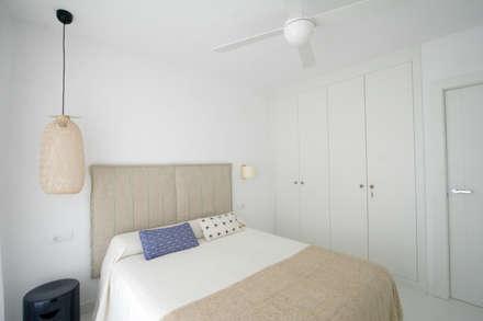 APARTAMENTO EN PLAYA SAN JUAN: Dormitorios de estilo escandinavo de SANDRA DE VENA, ARQUITECTURA Y CONSTRUCCION