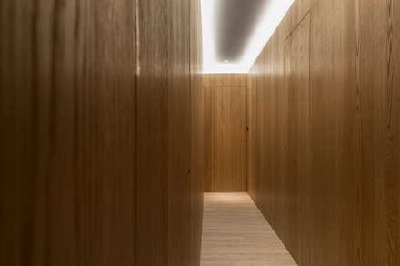 Walkway:  走廊 & 玄關 by 湜湜空間設計