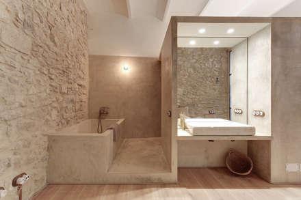 Loft Mercaders: Baños de estilo rústico de Lara Pujol  |  Interiorismo & Proyectos de diseño