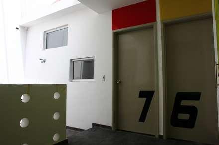 hall acceso apartaestudios: Escaleras de estilo  por RIVAL Arquitectos  S.A.S.