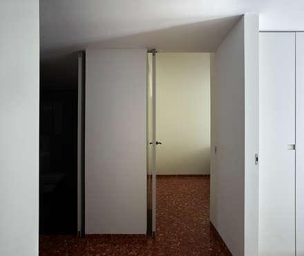 REFORMA DE APARTAMENTO MINIMALISTA EN VALENCIA: Pasillos y vestíbulos de estilo  de DG Arquitecto Valencia