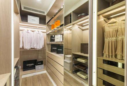 Closets clássicos por 騰龘空間設計有限公司