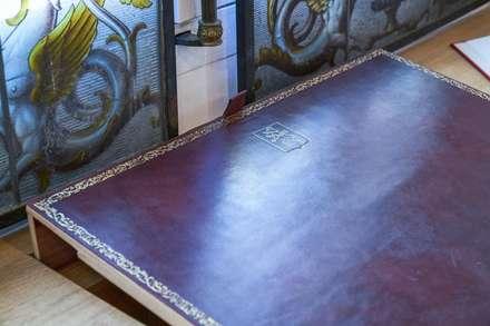 Design et création d'un meuble de travail agrémenté d'un sous-main inclinable en cuir bordeaux : Bureau de style de style Classique par MAISON LOUIS-MARIE VINCENT