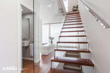 Vivienda Unifamiliar — Corbera: Escaleras de estilo  de A mida