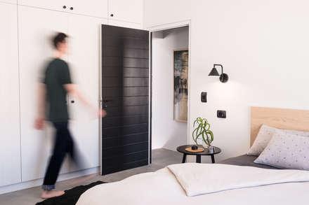 Project: Volstruis Ave, Yzerfontein: eclectic Bedroom by de Beyer Design Studio