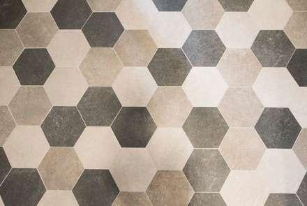Rehabilitando un piso con 60 años de historia: Suelos de estilo  de Silvia R. Mallafré