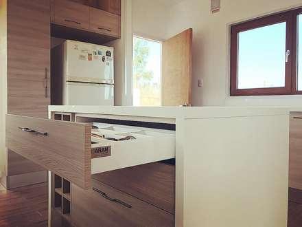 Mueble isla cocina. Vivienda Lt37 Premium 125m2 Fundo Loreto: Muebles de cocinas de estilo  por Territorio Arquitectura y Construccion