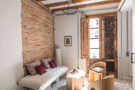 Un piso rumbero en el Raval: Salones de estilo rústico de Silvia R. Mallafré