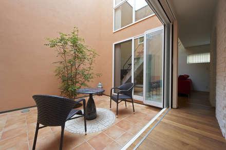 中庭を望む: 余田正徳/株式会社YODAアーキテクツが手掛けた庭です。