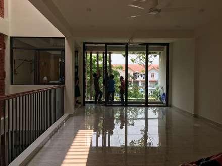 Các ô thông tầng, cửa sổ kính và giếng trời được KTS khéo léo thêm vào.:  Phòng học/Văn phòng by Công ty TNHH Xây Dựng TM DV Song Phát
