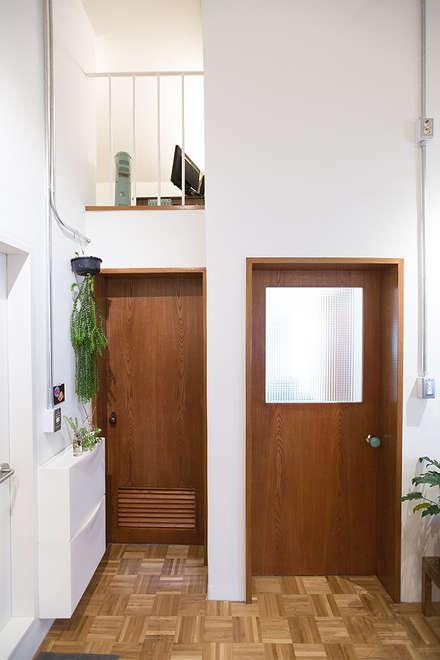 Cửa gỗ by 미우가 디자인 스튜디오