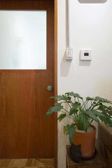 Деревянные двери в . Автор – 미우가 디자인 스튜디오