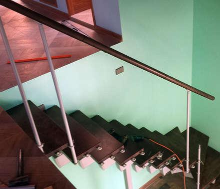 Proceso de instalación escalera modular de contrahuella regulable: Escaleras de estilo  por Constructora Las Américas S.A.
